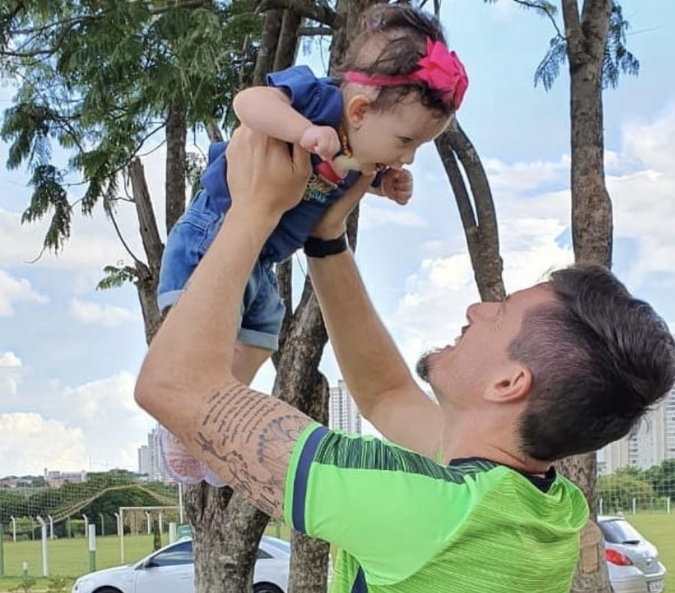 Tadeu, goleiro do Goiás, com a filha — Foto: Arquivo Pessoal
