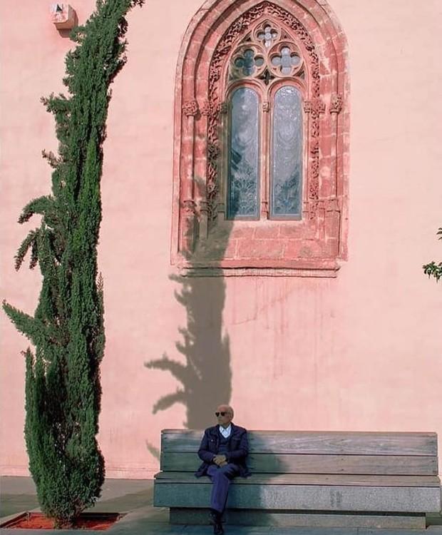 O senhor aproveita a sombra no cenário cor de rosa em Alicante, na Espanha (Foto: Instagram/Reprodução)