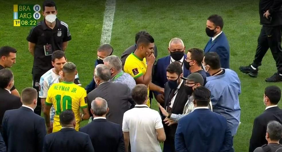 Negociação durante jogo Brasil e Argentina — Foto: Globo Esporte