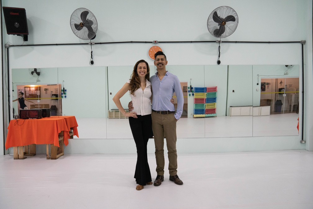 André e Patrícia comemoram o aumento de 40% na procura por matrículas em relação ao ano passado — Foto: Fabio Tito/G1