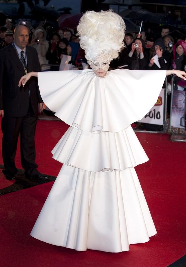 Lady Gaga veste Francesco Sconamiglio no Brit Awards de 2010 (Foto: Getty Images)