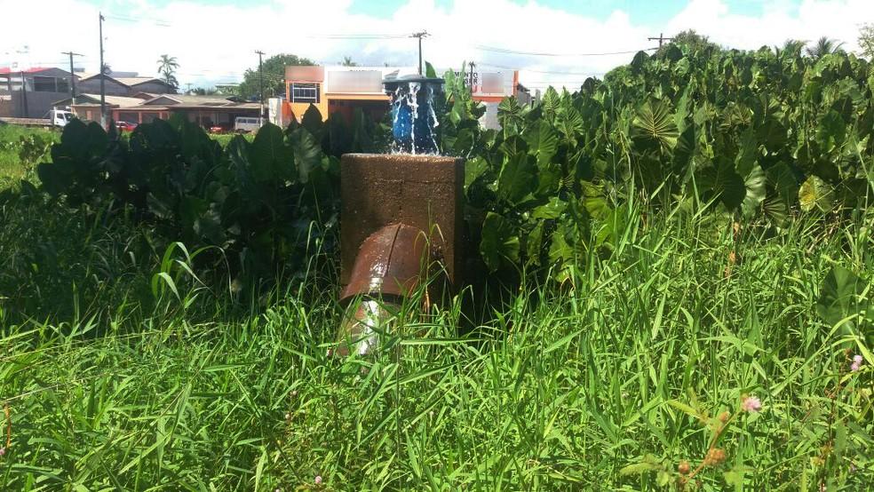 -  Tubulação está há mais de dez dias danificada, dizem os moradores  Foto: Carlos Alberto Jr/G1