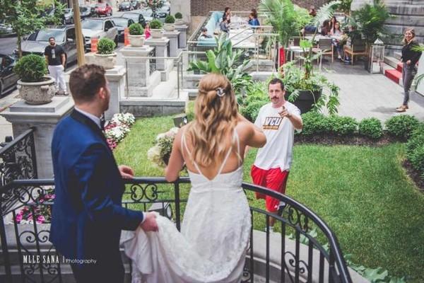 O ator Adam Sandler de penetra na sessão de fotos do casal (Foto: Divulgação)
