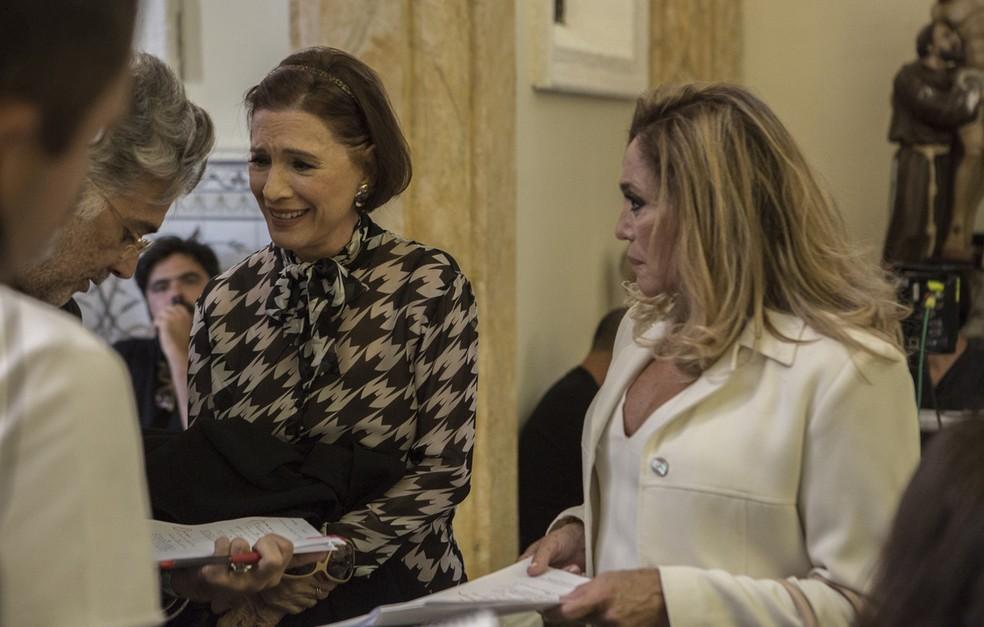 Após quase 31 anos da primeira novela, as atrizes voltam a contracenar. No detalhe, bastidores de cena de Kiki e Cora  (Foto: Raphael Dias/Gshow)