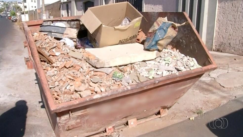 Caçamba de entulho em cima de calçada está irregular (Foto: Reprodução/TV Anhanguera)