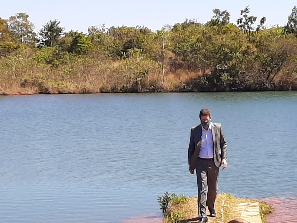 Ministro do Meio Ambiente, Ricardo Salles, em visita ao Parque Nacional de Brasília, nesta quinta-feira (30) — Foto: Pedro Henrique Gomes/ G1