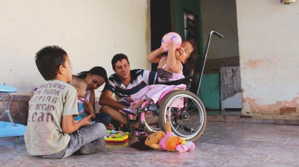 Antes, Geovanna usava uma cadeira de rodas comum (Foto: Reprodução/TV TEM)