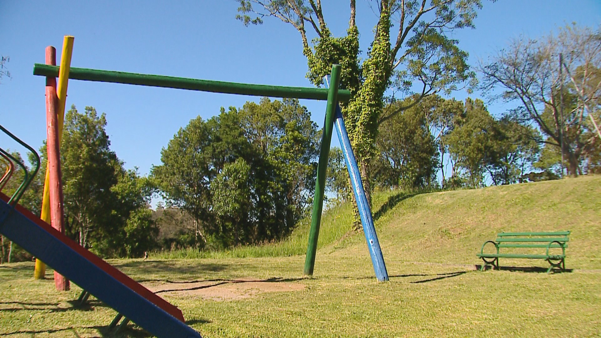 Criança quebra os dois braços ao cair de balanço em pracinha de Caxias do Sul; parafuso estava solto