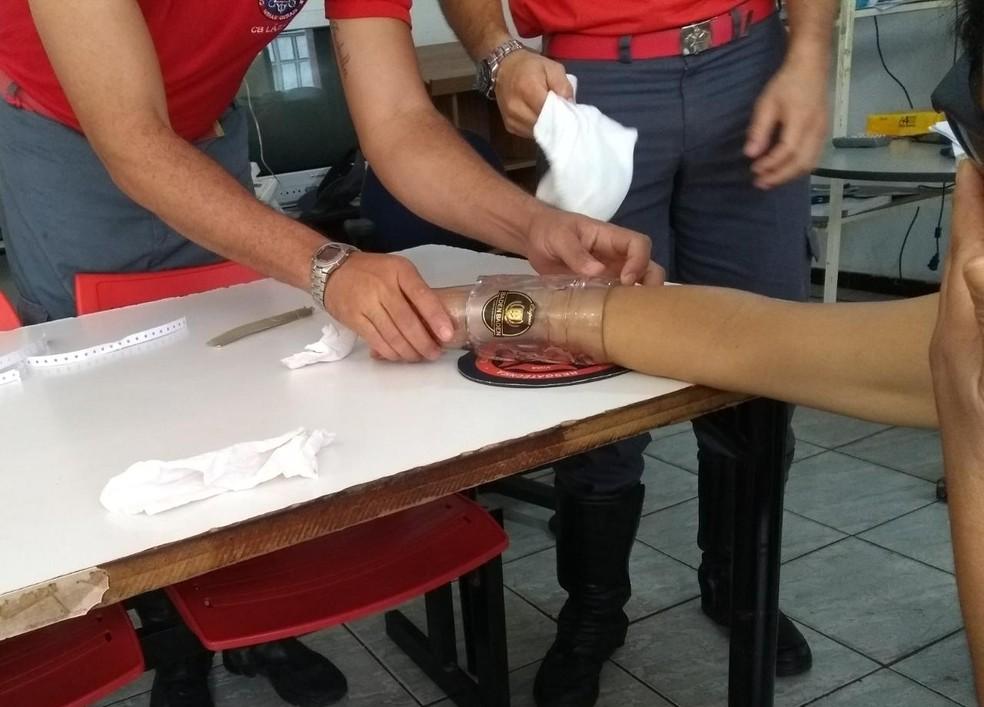 Mulher foi até o Corpo de Bombeiros pedir ajuda para retirar caneca em Montes Claros (Foto: Corpo de Bombeiros/Divulgação)