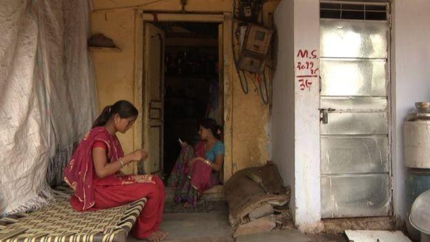 Em algumas áreas, as mulheres são encarregadas de tarefas domésticas e só depois de concluí-las podem satisfazer suas próprias necessidades  (Foto: BBC)