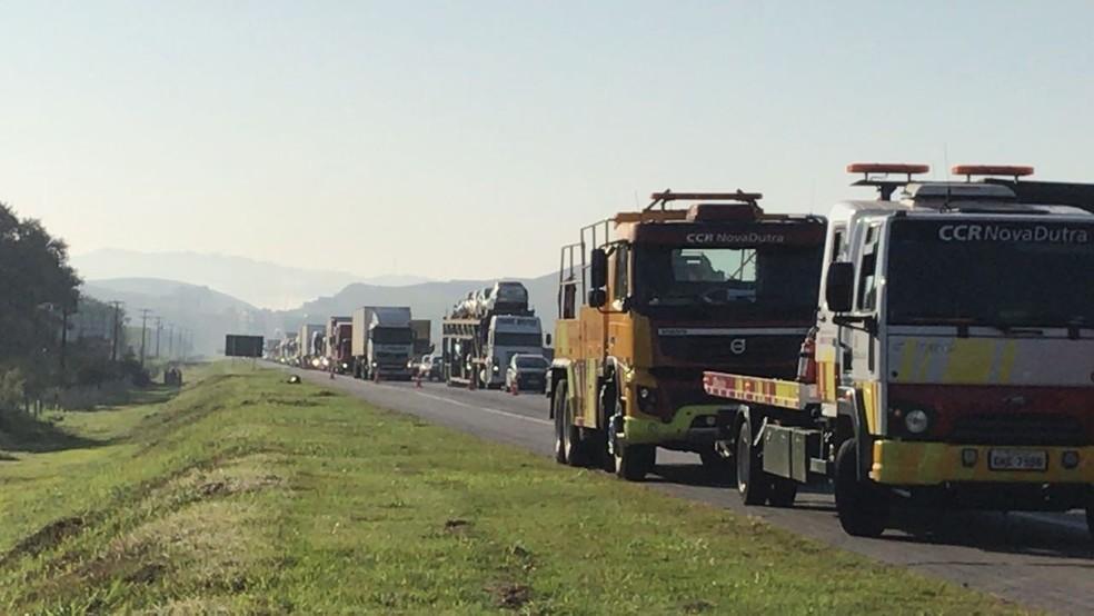 Trânsito ficou congestionado no acesso ao Polo Industrial, em Resende (Foto: TV Rio Sul/Vinicius Barros)
