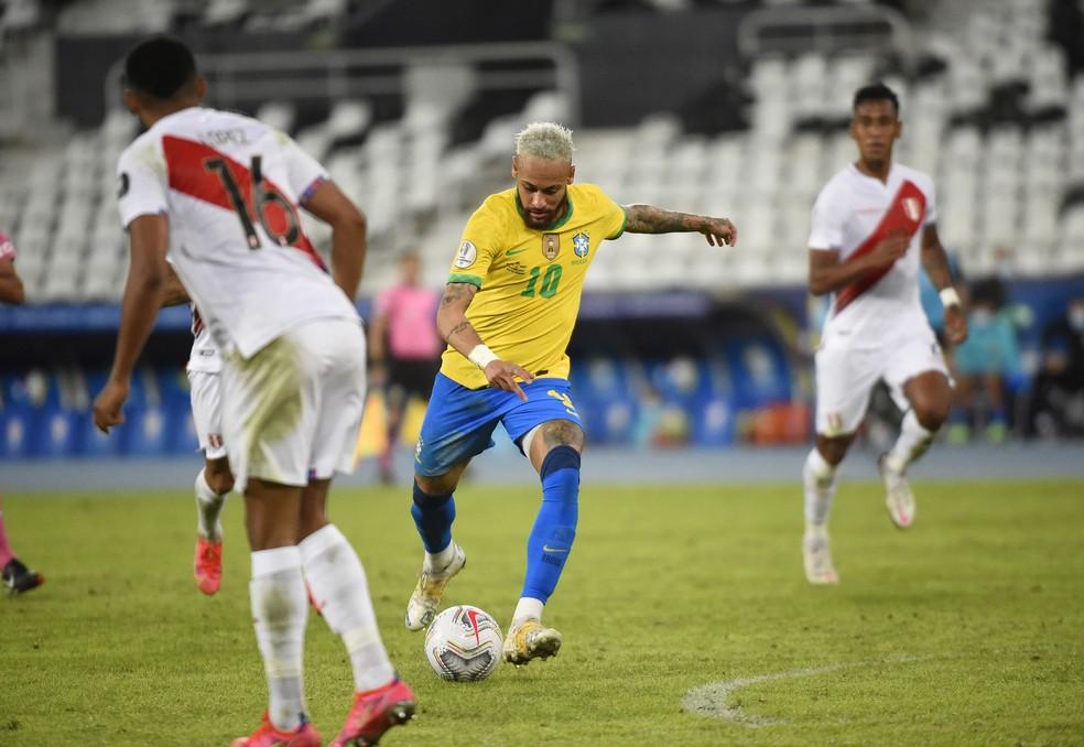 Neymar em ação contra o Peru — Foto: André Durão
