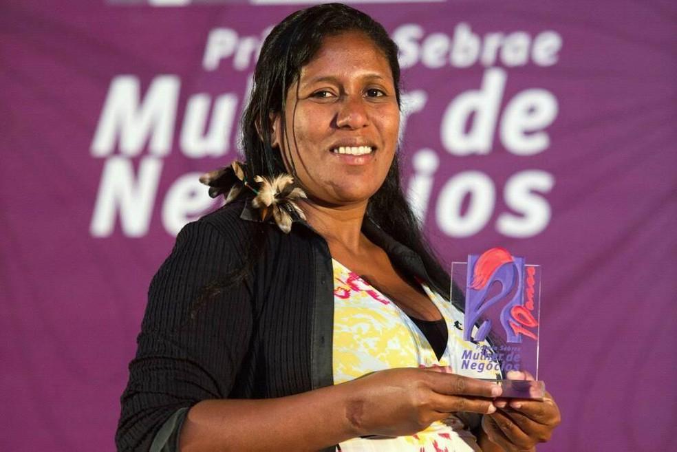 Luena Maria quando ganhou o prêmio de empreendedorismo feminino do Sebrae — Foto: Arquivo pessoal