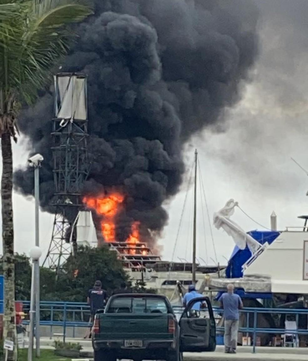 Embarcação pegou fogo em Guarujá, SP — Foto: Reprodução
