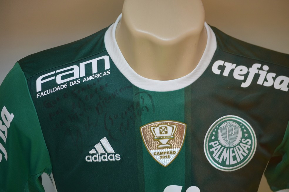 Dudu deixou uma camisa autografada na Sala das Promessas em agradecimento ao título da Copa do Brasil (Foto: Danilo Sardinha/ GloboEsporte.com)