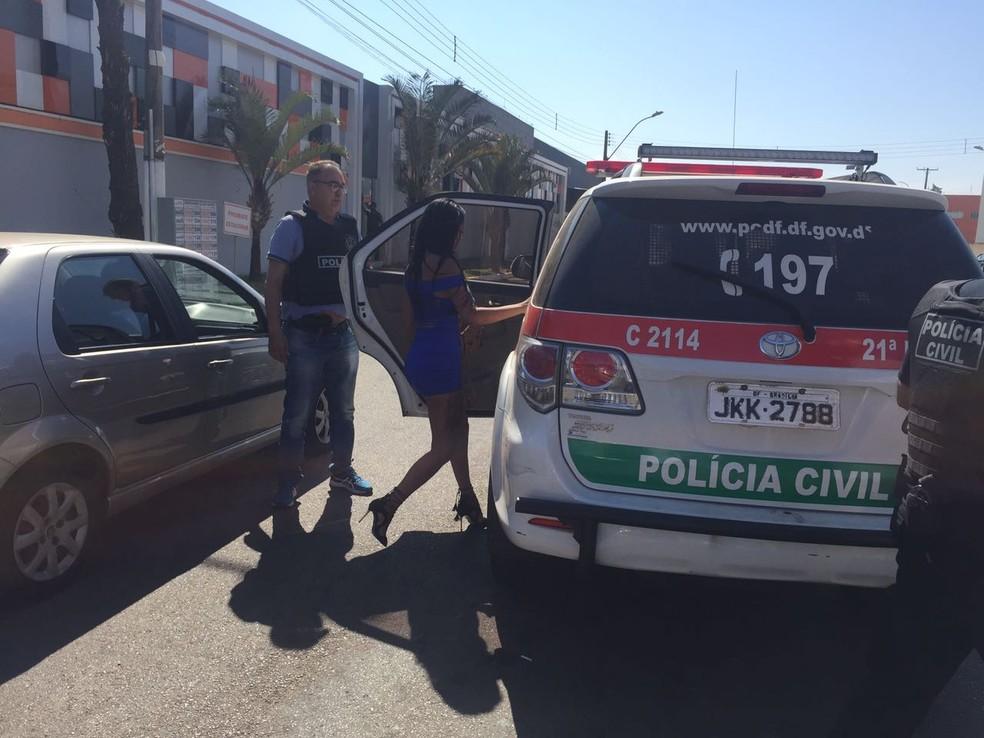 Polícia Civil do DF conduz prostituta no Pistão Sul de Taguatinga para prestar depoimento (Foto: Kenzô Machida/TV Globo)