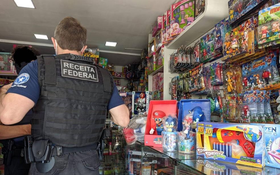 Mercadorias falsificadas são apreendidas em estabelecimentos pela Receita Federal — Foto: Foto: Receita Federal
