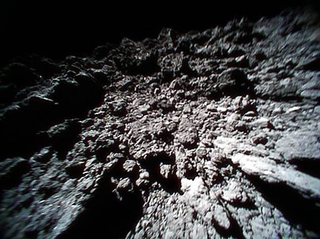 Foto da superfície do asteroide Ryugu (Foto: Divulgação)