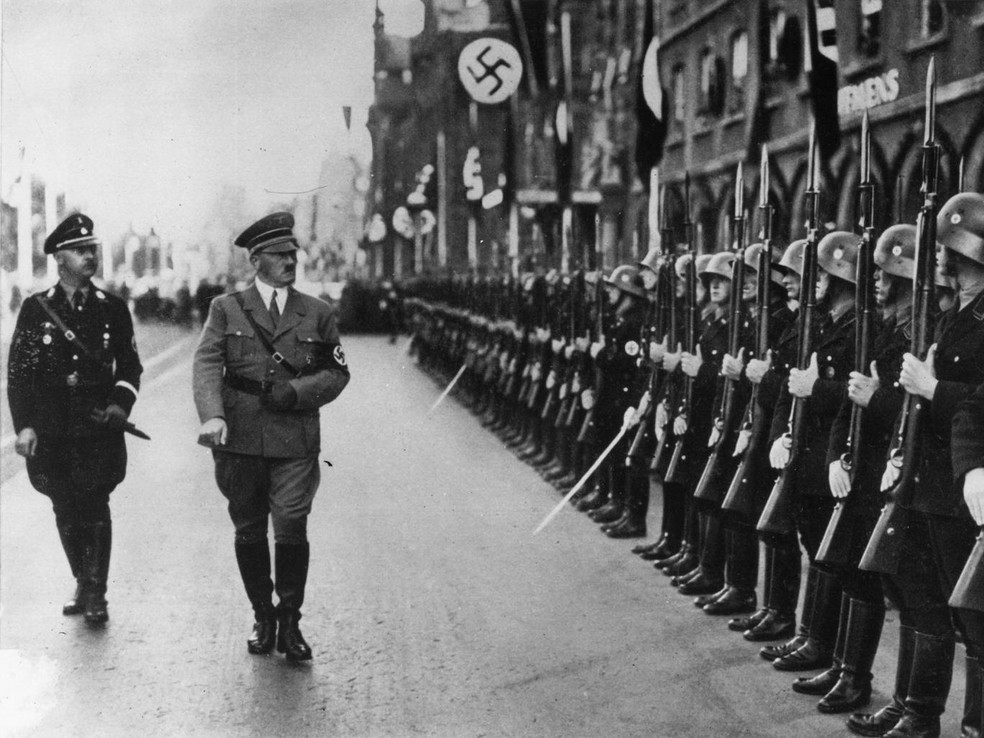 Adolf Hitler e Heinrich Himmler revistam tropas das SS (Foto: Associated Press)