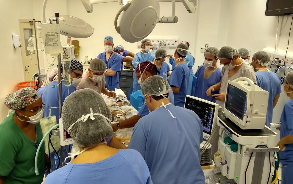 Médicos e enfermeiros atuam na primeira cirurgia de separação das gêmeas siamesas em Ribeirão Preto (Foto: HC-FMRP/Divulgação)