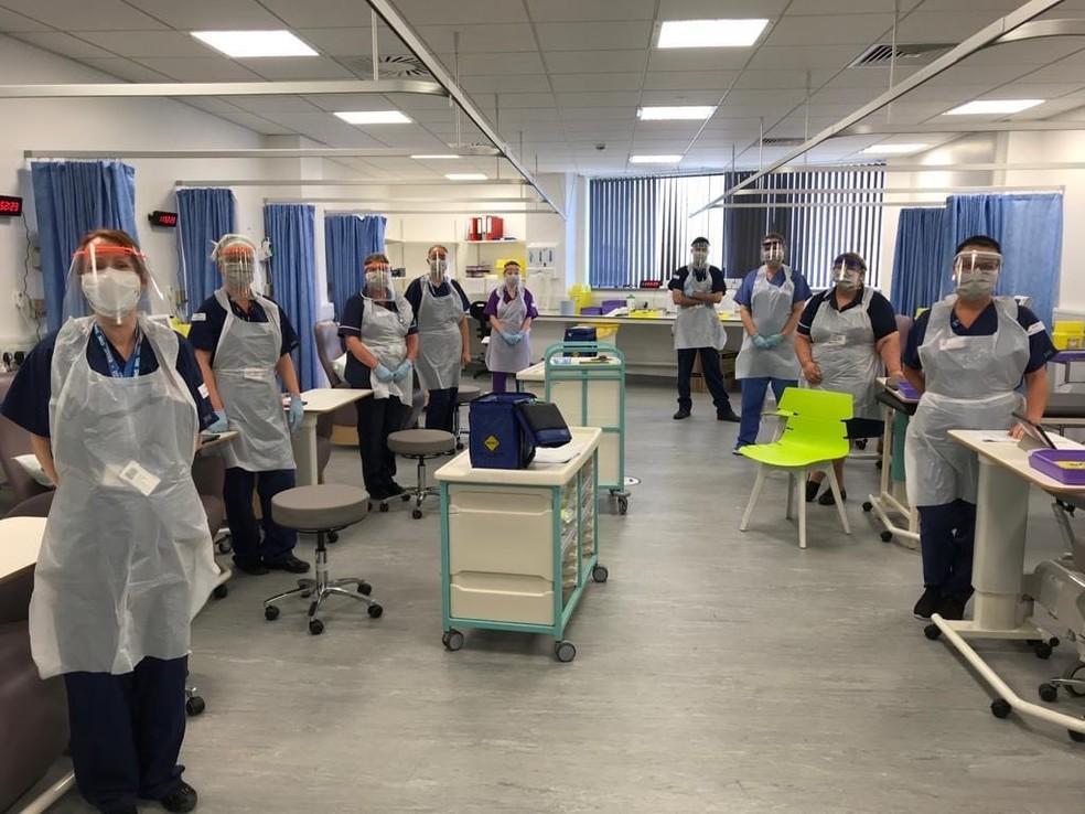 Enfermeiras do Liverpool Respiratory Clinical Research Group com EPI prontas pra começar o estudo clínico  — Foto: Daniela Ferreira/Arquivo Pessoal
