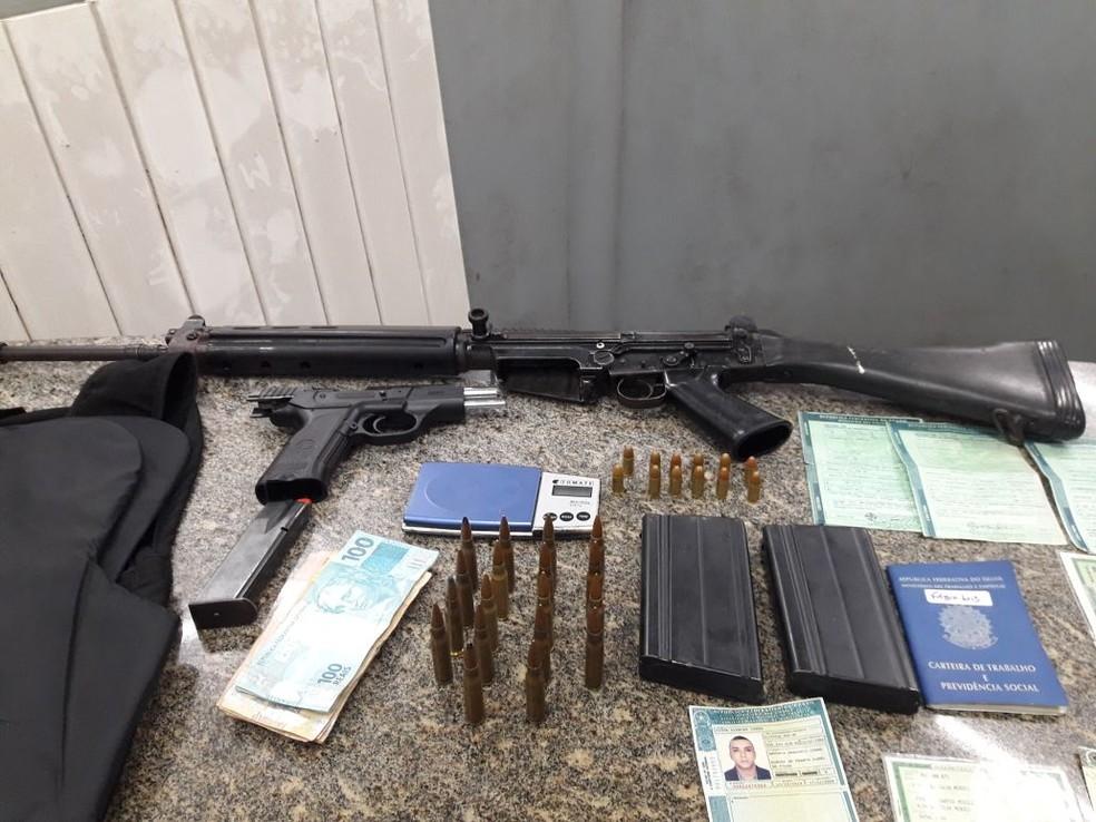 Fuzil, pistola e colete foram apreendidos com grupo na região metropolitana de Natal (Foto: PM/Divulgação)