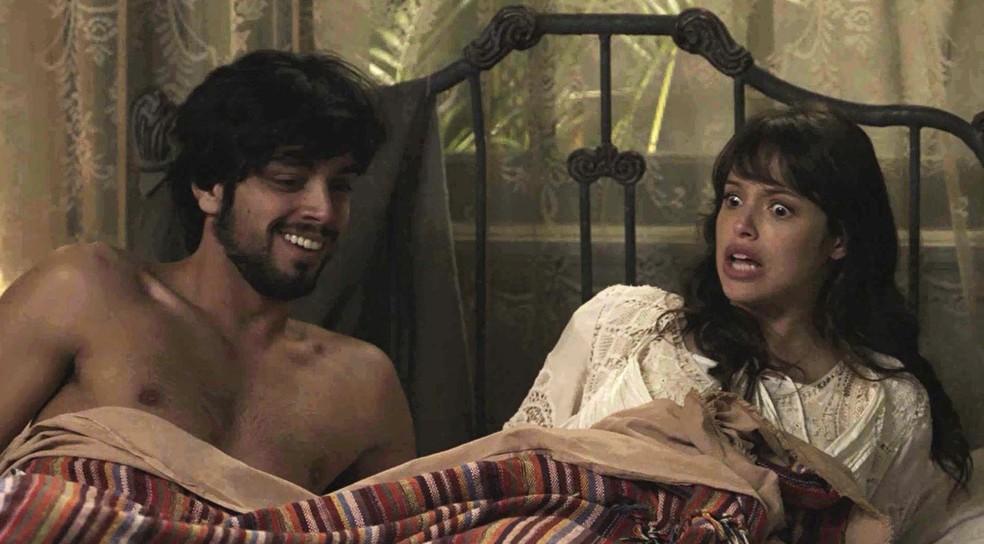 Quando acorda, Ernesto está só amor com a Baronesinha! ??? (Foto: TV Globo)