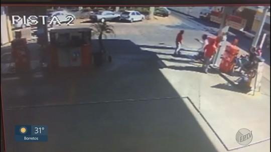 Homem armado agride frentista em assalto a posto de combustível em Jaboticabal; veja vídeo