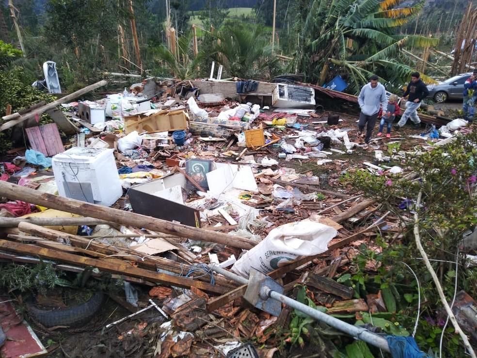 Jovem morre durante temporal em SC; ao menos 4 cidades foram atingidas por tornados 4
