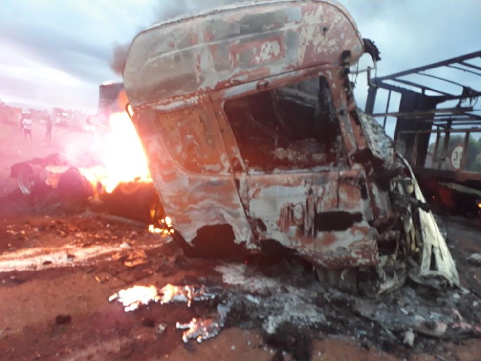 Motorista de carreta morreu carbonizado em Rondônia  — Foto: Waldemir Rofron