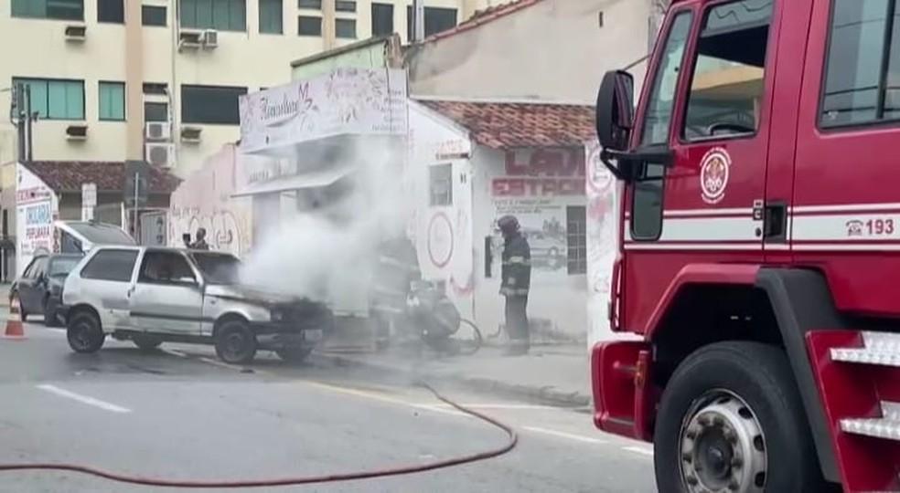 Carro pega fogo no centro de Pindamonhangaba. — Foto: Arquivo Pessoal/Thayssa Torino