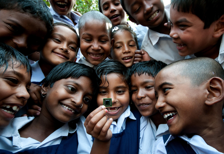 Fascinação de um grupo de crianças de Bangladesh com um microchip. (Foto: Creative Commons / Sudipto Da)