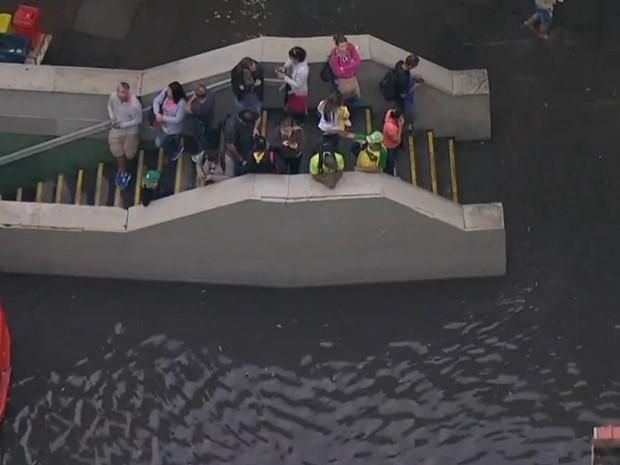 Passageiros ficaram ilhados na estação Catete do Metrô (Foto: Reprodução/ TV Globo)
