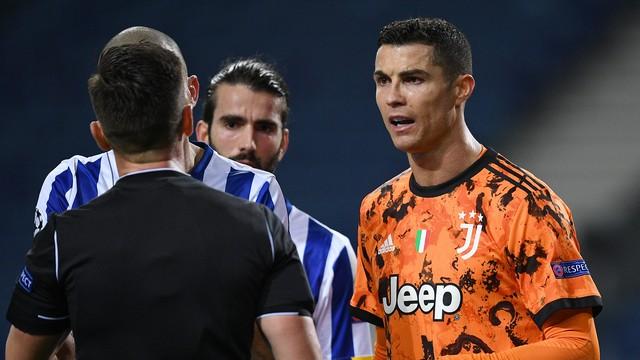 Cristiano Ronaldo discute com o árbitro espanhol Carlos del Cerro em Porto x Juventus
