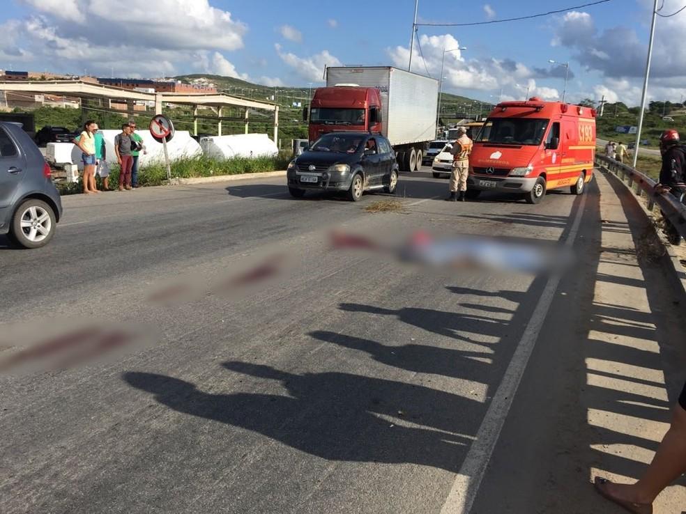 Acidente aconteceu na BR-104 (Foto: Mavian Barbosa / G1)