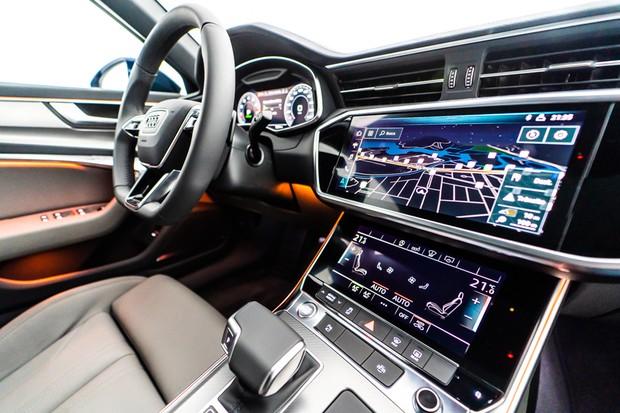 Há telas sensíveis ao toque no painel e console (Foto: Divulgação)