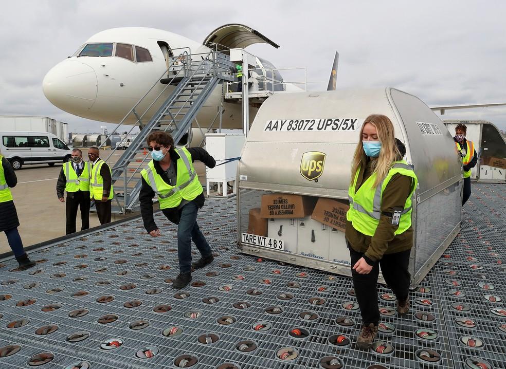 Lotes da vacina da Pfizer são transportados no aeroporto de Louisville, em Kentucky, nos EUA — Foto: Michael Clevenger/Pool via REUTERS