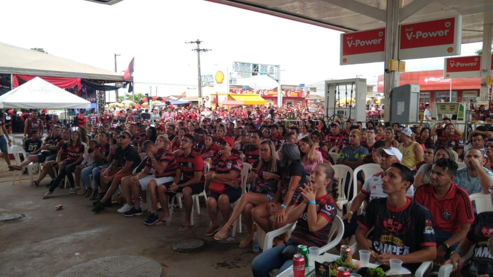 Rubro-negros lotaram posto de gasolina de Porto Velho para acompanhar a partida. — Foto: Thais Nauara/Globoesporte
