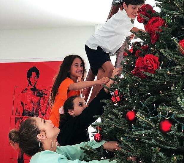 Jennifer Lopez decora árvore de Natal com os filhos  (Foto: Reprodução)