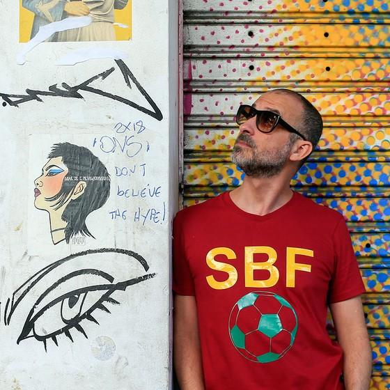 c520301a75 O cantor e compositor Lucas Santtana com a camisa que usará para torcer  pela Seleção Brasileira