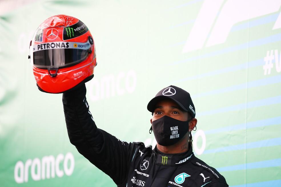 Lewis Hamilton com o capacete de Michael Schumacher dado pelo filho Mick — Foto: Getty Images