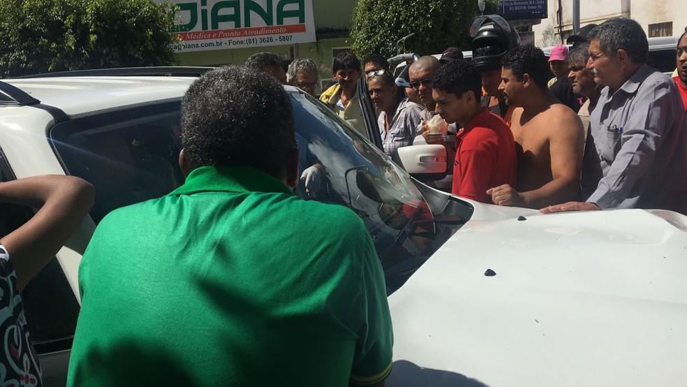 Jovem foi morto quando dirigia camionhonete branca, em Goiana, nesta quinta-feira (10) (Foto: Whatsaap)