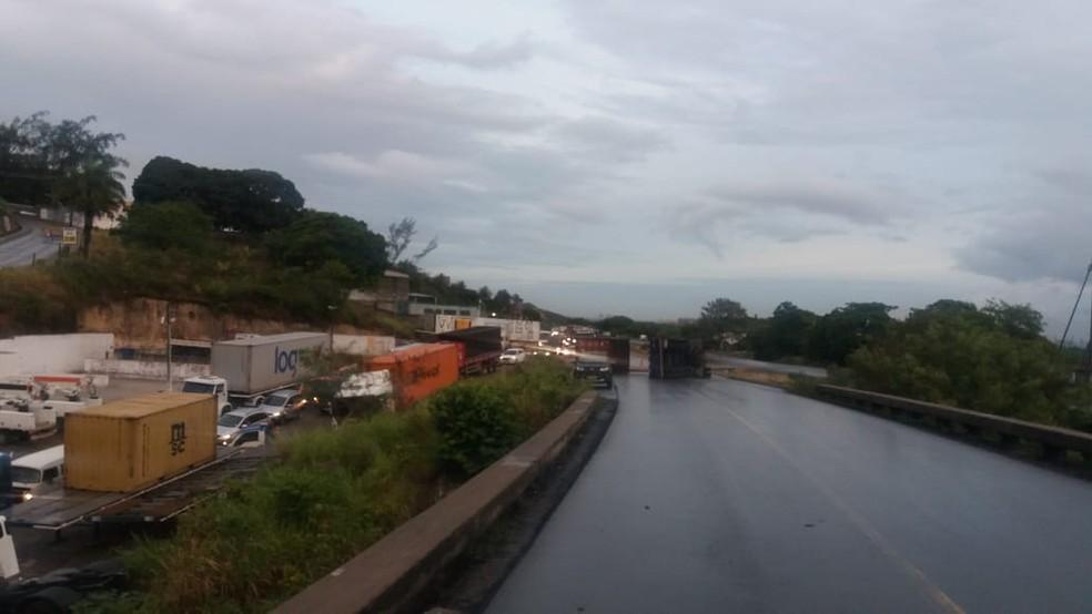 Segundo a Polícia Rodoviária Federal (PRF), tombamento de carreta causou engarrafamento de mais de 5 quilômetros no Grande Recife — Foto: PRF/Divulgação