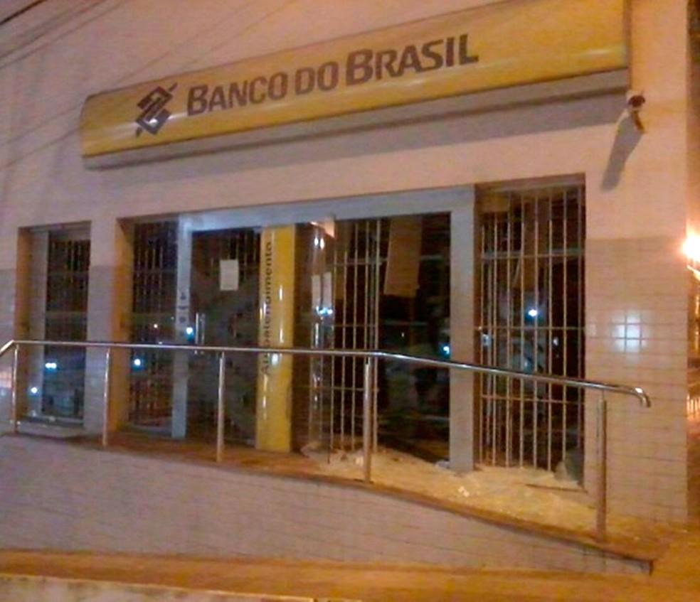 Agência bancária foi arrombada e explodida por criminosos na Bahia (Foto: Bahia10.Com.Br)