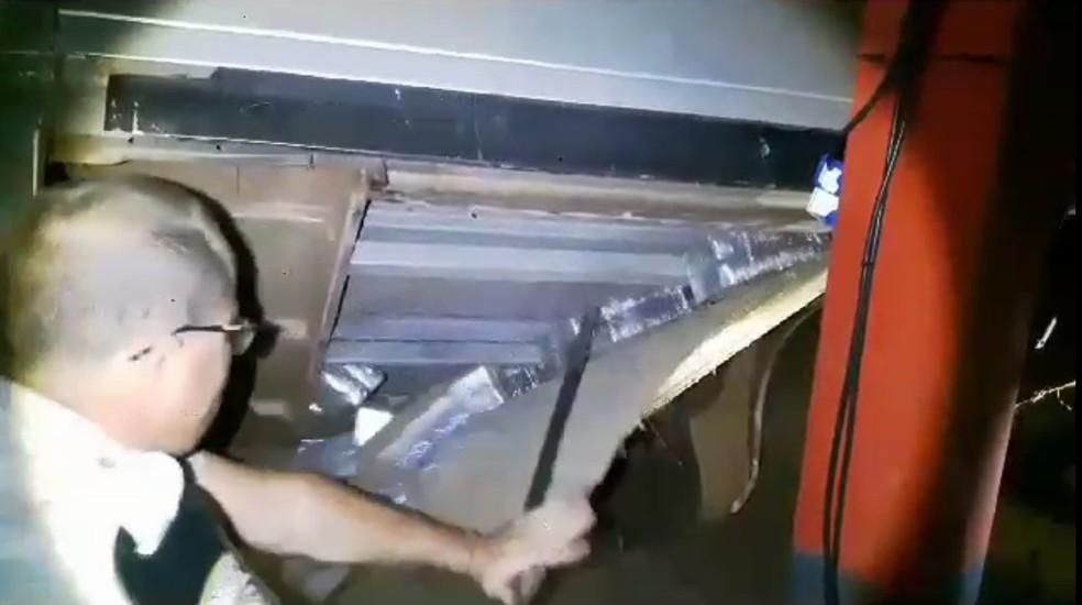 Entorpecente estava escondido em um fundo falso de uma caminhonete  (Foto: PRE/Divulgação)