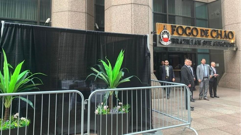 Churrascaria fez 'puxadinho' para Bolsonaro almoçar na calçada em NY — Foto: Mariana Sanches/BBC