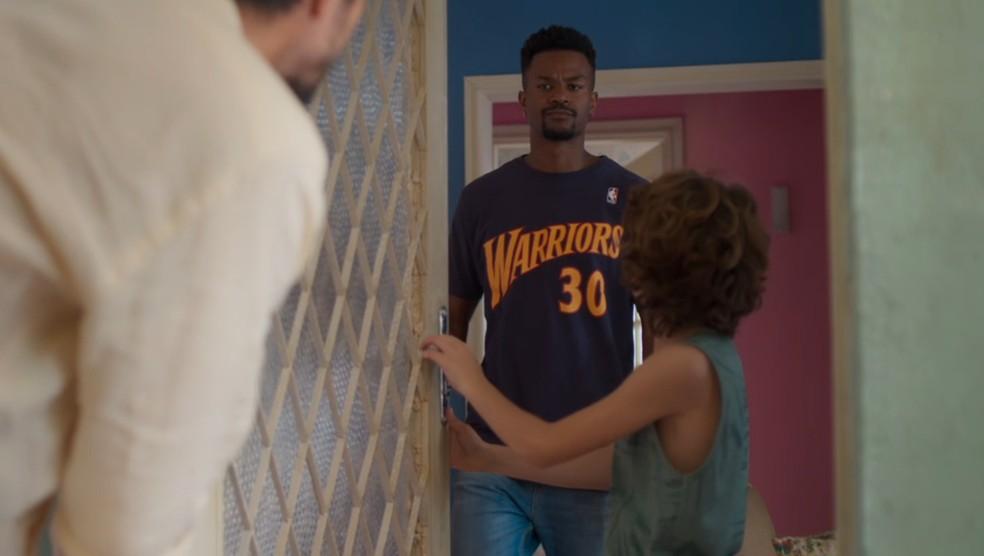 Ramon (David Junior) vê Marcos (Romulo Estrela) na porta e o impede de entrar na casa de Paloma (Grazi Massafera) em 'Bom Sucesso' — Foto: Globo