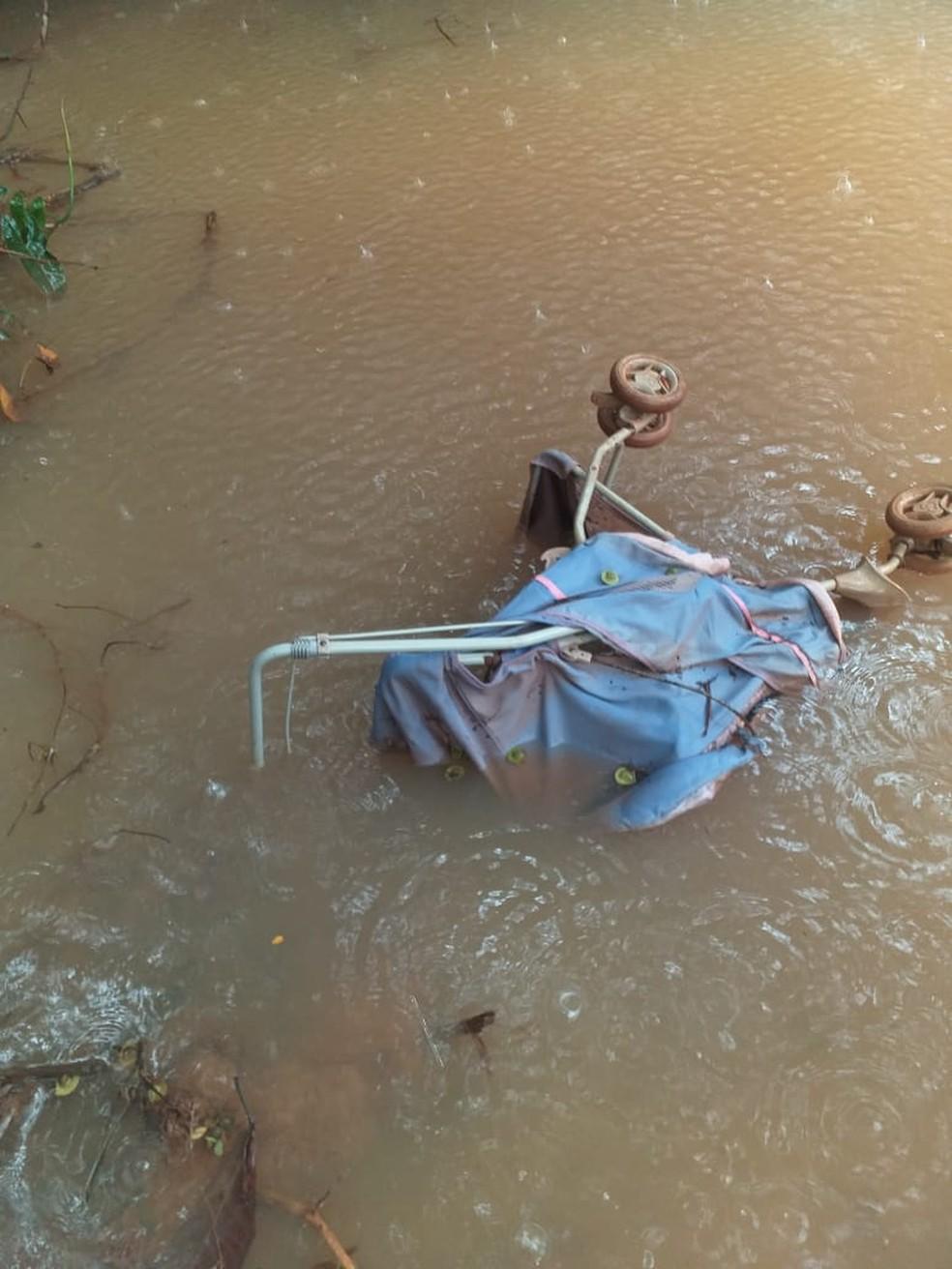 Carrinho foi encontrado no rio — Foto: Polícia Civil-MT