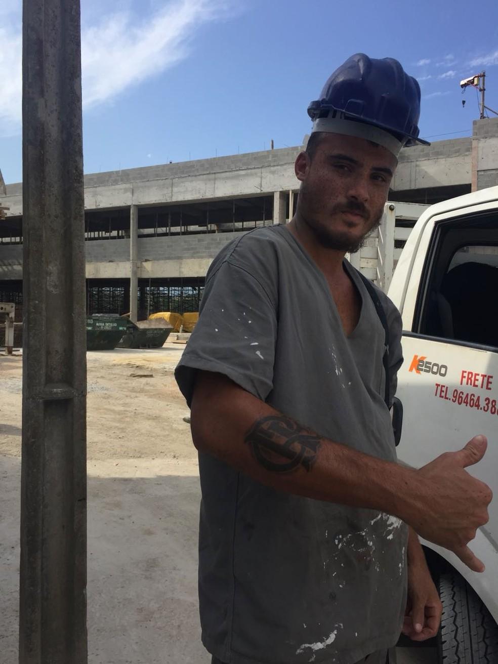 Funcionário da obra do Ninho mostra a paixão pelo Flamengo na pele: são mais de 100 trabalhadores para erguer o projeto (Foto: Raphael Zarko)