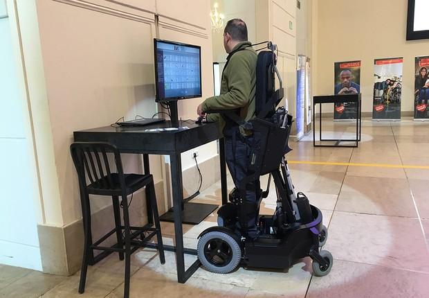 Cadeira de rodas permite que pessoas fiquem de pé (Foto: Divulgação)